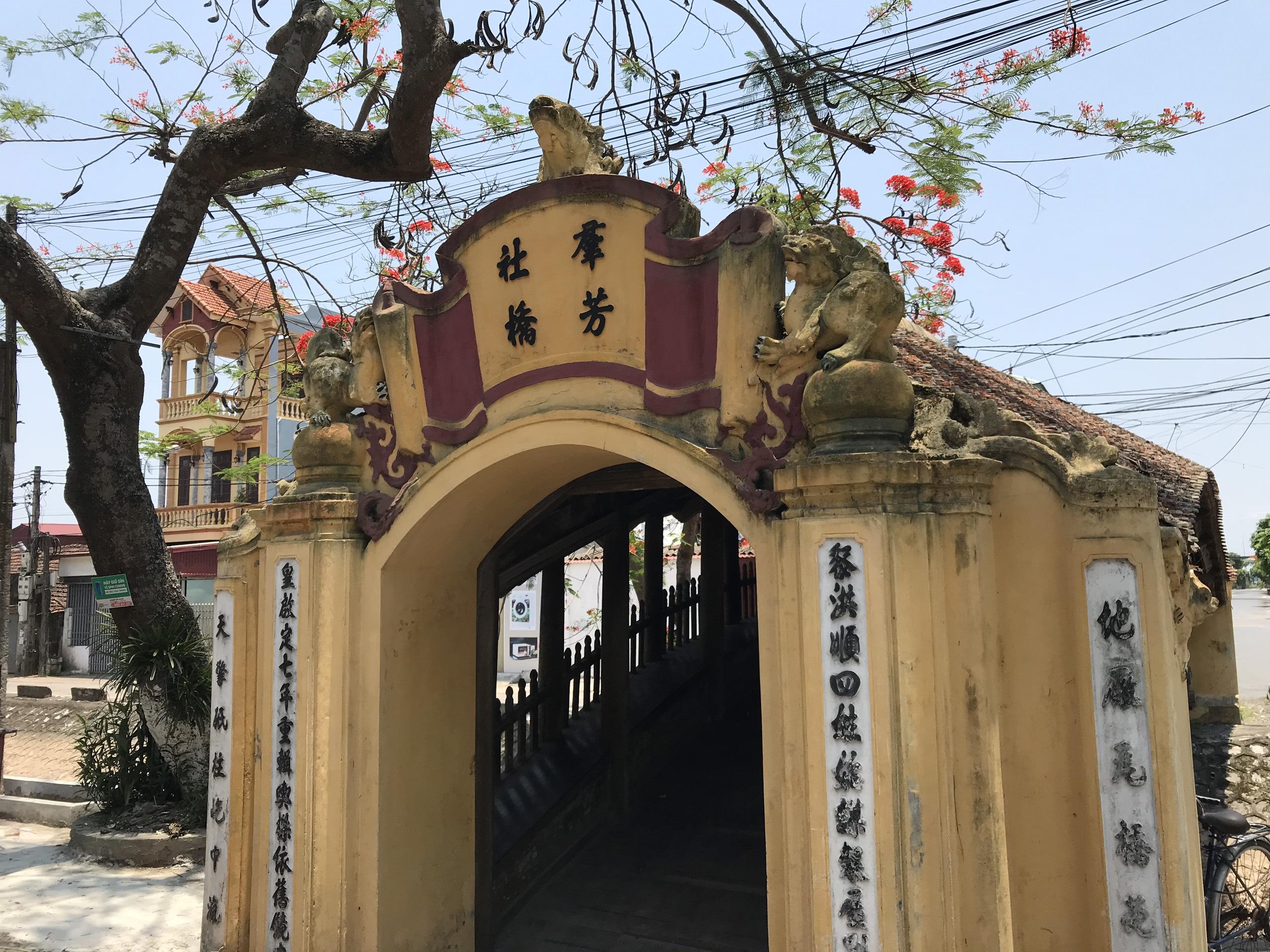 z1393026442113 e3fb1e82431aae8f752da449901875ff - Cây Cầu Ngói Cổ 500 Năm Đẹp Nhất Việt Nam